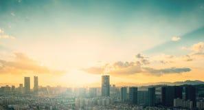 Het concept van de stadsdag: grote stad bij zonsondergangachtergrond stock afbeeldingen