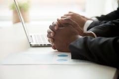 Het concept van de statistiekenanalyse, zakenlieden die met laptop werken en Stock Afbeelding