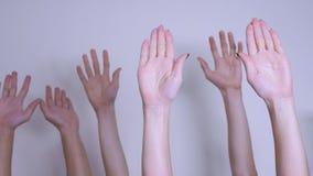Het concept van het de stemgroepswerk van de mensendemocratie De menigte van mensen hief hun handen op omhoog uitdrukkend levenss stock videobeelden