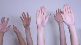 Het concept van het de stemgroepswerk van de mensendemocratie de menigte van mensen hief hun handen op omhoog uitdrukkend overeen stock videobeelden
