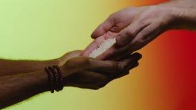 Het concept van de steun voorraad Empathie, medeleven, hulp, vriendelijkheid Humanitaire hulp aan Afrikaanse landen De handen gie stock videobeelden