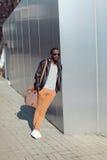 Het concept van de straatmanier - knappe modieuze Afrikaanse mens status Royalty-vrije Stock Foto
