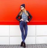 Het concept van de straatmanier - vrij jonge slanke vrouw Stock Afbeelding