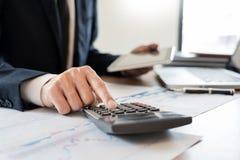 het concept van de strategieanalyse, Zakenman die de financi?le boekhouding van Managerresearching process werken berekent analys royalty-vrije stock foto's