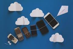 Het concept van de technologieevolutie Uitstekende en nieuwe phomes die op p vliegen royalty-vrije stock fotografie