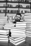 Het Concept van de tijdstroom De mens op ernstige gezicht het letten op tijd gaat, boekenrekken op achtergrond over Mens, wetensc royalty-vrije stock fotografie