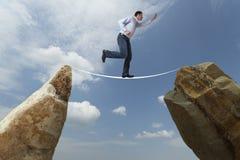Het concept van de uitdaging Mens die op draad lopen stock afbeelding