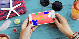 Het Concept van de Uitnodigingscellphone van de de zomerpartij stock afbeelding