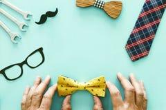 Het Concept van de vader` s Dag Hipsterglazen, giftdoos, band en grappige snor over houten achtergrond De hoogste vlakke mening,  stock fotografie