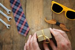 Het Concept van de vader` s Dag Hipsterglazen, goft doosband en grappige snor op houten achtergrond De hoogste vlakke mening, leg stock fotografie