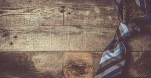 Het concept van de vader` s dag - stel voor, bind op rustieke houten achtergrond royalty-vrije stock foto's