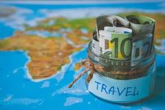 Het concept van de vakantiebegroting De besparingen van het vakantiegeld in een glaskruik stock afbeelding