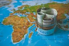 Het concept van de vakantiebegroting De besparingen van het vakantiegeld in een glaskruik stock foto's