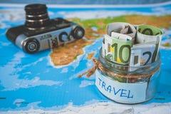 Het concept van de vakantiebegroting De besparingen van het vakantiegeld in een glaskruik royalty-vrije stock afbeeldingen