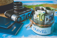 Het concept van de vakantiebegroting De besparingen van het vakantiegeld in een glaskruik royalty-vrije stock foto's