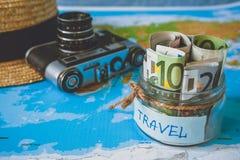 Het concept van de vakantiebegroting De besparingen van het vakantiegeld in een glaskruik royalty-vrije stock fotografie