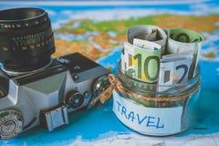 Het concept van de vakantiebegroting De besparingen van het vakantiegeld in een glaskruik stock afbeeldingen