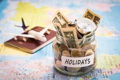 Het concept van de vakantiebegroting met kompas, paspoort en vliegtuigenstuk speelgoed Stock Foto