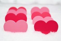 Het concept van de valentijnskaartendag met document gevormde harten in roze kleuren stock afbeeldingen