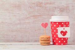 Het concept van de valentijnskaartendag met document koffiekop en macarons Romantische koffiewinkel stock foto
