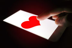 Het concept van de valentijnskaartendag, persoon die hart rood bericht voor lov verzenden Royalty-vrije Stock Afbeelding