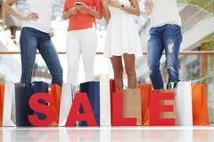 Het concept van de verkoop - hand met vergrootglas Stock Afbeelding