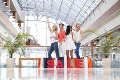 Het concept van de verkoop - hand met vergrootglas Royalty-vrije Stock Afbeelding