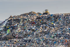 Het concept van de verontreiniging Huisvuilstapel in afvalstortplaats of stortplaats royalty-vrije stock fotografie