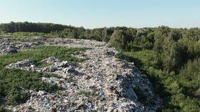 Het concept van de verontreiniging Huisvuilstapel in afvalstortplaats of stortplaats ecologische crisisfoto Ecologisch probleem I stock videobeelden