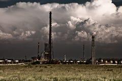 Het concept van de verontreiniging - industriële giftige raffinaderij Stock Foto's