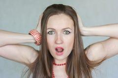 Het concept van de verrassing het mooie meisje houdt royalty-vrije stock foto's