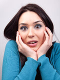 Het concept van de verrassing - verbaasde leuke vrouw Stock Foto