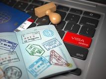 Het concept van de visum online toepassing Geopend paspoort met visumzegel Stock Afbeeldingen