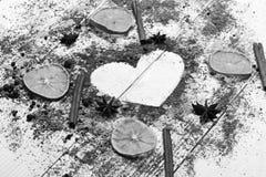 Het concept van de voedselkunst Houten lepels met droge oranje plakken, kaneel stock afbeelding