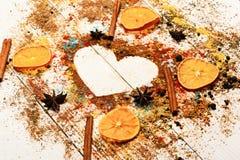 Het concept van de voedselkunst Houten lepels met droge oranje plakken, kaneel stock foto
