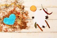 Het concept van de voedselkunst Reeks kruiden op beige houten achtergrond royalty-vrije stock fotografie