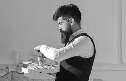 Het concept van de voedsellevering De mens met baard en snor houdt doos met smakelijke verse hete pizza Macho in klassieke honger royalty-vrije stock afbeeldingen