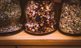 Het concept van de voedselvoorbereiding; close-upbeeld van kruidflessen op een licht houten rek Royalty-vrije Stock Foto's