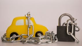 Het concept van de voertuigveiligheid met hangslot en ketting op witte achtergrond Sluit omhoog royalty-vrije stock foto