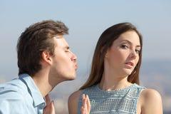 Het concept van de vriendenstreek met vrouw die de mens verwerpen