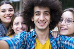 Het concept van de vriendschapsstudenten van tienersvrienden stock fotografie