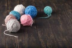 Het concept van de vrije tijdshobby, clew van natuurlijke wol op lijst stock afbeeldingen