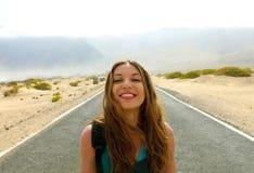 Het concept van de vrijheid Portret van jonge vrouw in het midden van de wegweg van het woestijnasfalt in Lanzarote Eiland, Spanj stock foto