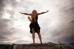 Het concept van de vrijheid - vrouw op bergpiek royalty-vrije stock fotografie
