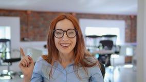 Het concept van het de vrouwenidee van het portretroodharige op het werk stock video