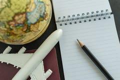 Het concept van de wereldreis met stuk speelgoed vliegtuig, potlood, paspoort, nota Stock Fotografie