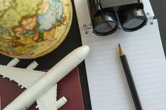 Het concept van de wereldreis met stuk speelgoed vliegtuig, potloodverrekijkers, passp Royalty-vrije Stock Fotografie