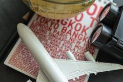 Het concept van de wereldreis met vliegtuig, verrekijkers en document met Na Royalty-vrije Stock Afbeelding
