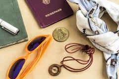 Het concept van de wereldreis met volgestopte voorwerpen Stock Foto's