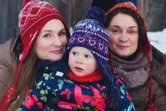 Het Concept van de de winterlevensstijl - Meisjes die Pret in de Winterpark hebben - Jonge Vrouwen die met Sneeuw spelen Openluch Royalty-vrije Stock Foto's